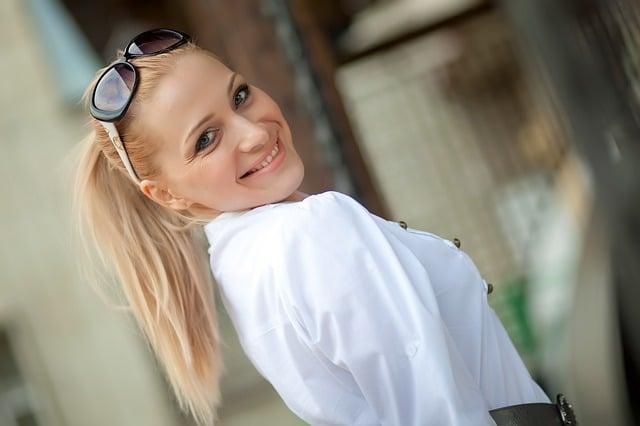 femme qui sourie dans la rue